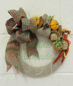 Guirlanda rústica reciclada - com base de papelão, decorada com juta, fita aramada e elementos diversos.