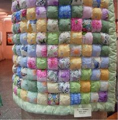 A plethora of quilting ideas. This pinner saved this image depicting speed piecing the puff quilt or seat cushion Quilting Tutorials, Quilting Projects, Quilting Designs, Sewing Projects, Quilting Ideas, Quilt Studio, Puffy Quilt, Bubble Quilt, Sports Quilts