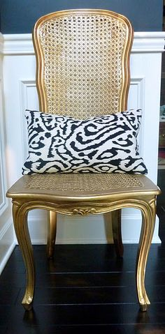 Somebody find me an old chair to paint! Gold spray painted chair :) Home Decor and Interior Design Ideas. Design and Style Inspiration for your home. Spray Paint Chairs, Painted Chairs, Painted Furniture, Painted Tables, Painted Wicker, Metal Furniture, Furniture Makeover, Diy Furniture, Chair Makeover