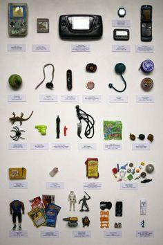 """Confiscation Cabinets par Guy Tarrant / """"Guy Tarrant, professeur d'anglais, a décidé de dévoiler au public sous la forme d'une exposition nommée """"Confiscation Cabinets"""" son butin de guerre composé de tous les objets confisqués en 30 ans d'enseignement à Londres, dans le primaire et le secondaire. Un trésor fascinant peuplé de nombreux jouets, mais aussi de bouteilles d'alcool et d'armes…"""""""