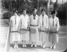 Berkeley Women's Tennis Team, 1920s. Các cô gái trong bức ảnh đang mặc trang phục thể thao với phần váy hình ống.