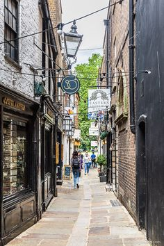 Brewers Lane is a historic alley in Richmond, London. Click through for more pictures on the A Lady in London blog.   #london #richmond #alley #lane