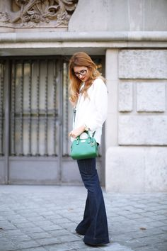 Casual Look. Look con pantalones de campana. A trendy life. #casual #seventies #denim #jeans #pantalonescampana #flaredjeans #greenbag #glasses #redlips #topshop #primark #michaelkors #+vision #outfit #fashionblogger #atrendylife www.atrendylifestyle.com