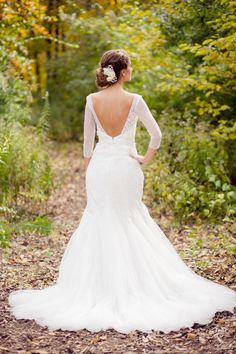Beautiful open-back ivory trumpet lace / Amber Green Photography