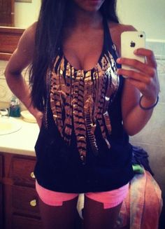 <3dark hair looks so good with the tan and style of this outfit