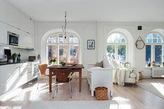Tre ovanligt vackra fönster ger ett magiskt ljus