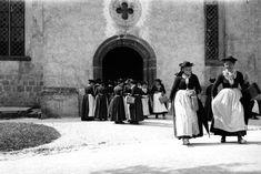 Frauen beim Verlassen der Kirche.  Das Foto entstand in Deutschland, wo genau,...