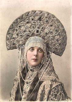 1903年、ロシア冬宮で開催された仮装舞踏会の衣装で撮影されたのオリガ・オルロヴァの彩色写真。ココーシュニクと呼ばれる被り物に鎖状のリャスナと呼ばれる飾りを身に着けている。