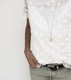 Blouse en guipure, féminine et romantique + jean gris + ceinture noire cloutée >> http://www.taaora.fr/blog/post/blouse-blanche-dentelle-motif-fleurs-crochet-laura-clement-atelier-r-redoute #dentelle #look #outfit