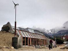 """Nave Tierra"": La casa autosustentable de Michael Reynolds en Argentina.  Note the Wind Turbine!"