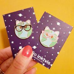 """Cat world pin Beyonce had het bijna goed """"WHO RUN THE WORLD?"""" CATS !!! Daarom zou iedere catlover er eentje moeten hebben voor op haar tas of jasje. Ook leuk om kado te geven of om zelf te houden en je verzameling aan te vullen. Cat world hard emaillen 30 mm gold plating pin is nu als preorder voor €7,00 Later zal zij €8,95 kosten. De verzendkosten voor NL en BE als je alleen een pin(s)..."""