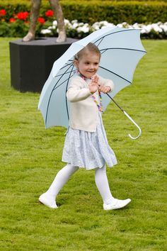 The Princess Estelle of Sweden again drew all eyes during the celebration of the anniversary of her mother Princess Victoria . Aged 3 and a half years, the princess always shows his good humor during his public appearances. ( Copyright Photo: getty images)