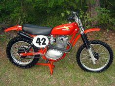 Classic Honda Motorcycles, Racing Motorcycles, Vintage Motorcycles, Motocross Bikes, Vintage Motocross, Womens Motorcycle Helmets, Motorcycle Girls, Honda Cb 100, Youth Dirt Bikes