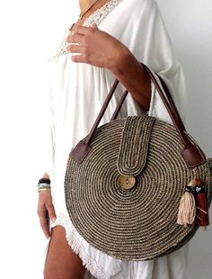 Round juta cord bag crochet tasseled handbag summer tote circular purse circle bags custom made Round Juta Cord Crochet Bags have rapidly become the hottest summer trend. They are the perfect choice to use during a beach day or any evening summer outing. Crochet Handbags, Crochet Purses, Crochet Bags, Wooden Bag, Diy Sac, Crochet Shell Stitch, Round Bag, Round Basket, Craft Bags