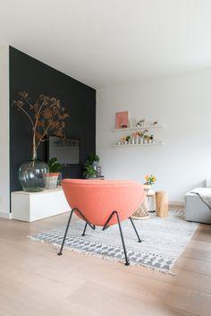 This pink Orange Slice armchair brings color to this living room. F437 Orange Slice, 1960 | Designer: Pierre Paulin | © Artifort | Photo: Anki Wijnen, Zilverblauw.nl