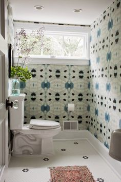 Indigo / blue and white patterned wallpaper in a bathroom - Black and white Hhexagon / penny tile floor