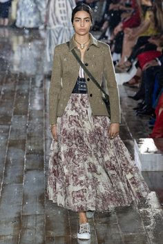 The complete Christian Dior Resort 2019 fashion show now on Vogue Runway. Fashion Trends 2018, Fashion Week, Fashion 2020, Look Fashion, Runway Fashion, Spring Fashion, Winter Fashion, Womens Fashion, Fashion Design