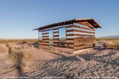 Smith was al negen jaar eigenaar van een stuk land in de Joshua Tree woestijn, maar besloot pas onlangs iets te doen met de oude houten schuur. Zijn bedoeling was de stilte en het ritme van de verandering in de woestijn te tonen.  Schaduw en licht  Doordat het zonlicht telkens anders op de schuur schijnt verandert de Lucid Stead in de loop van dag ook voortdurend. Het hele kunstwerk draait rond schaduw en licht: zonlicht, gereflecteerd licht, maar ook geprojecteerd licht.