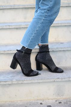 Abrigo pelo y cinturón perlas Stradivarius,jeans bajo rotos Bershka, sandalias tacón zara, calcetín brillo, bolso lazo mango.