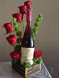 Valentine's Day is indeed a special day to celebrate love. The celebrations are incomplete without flowers. Gifts for someone you love could be just about anything, but on Valentine's D… Valentine Flower Arrangements, Modern Flower Arrangements, Valentine Bouquet, Valentines Flowers, Serviettes Roses, Chocolate Bouquet, Candy Bouquet, Wine Bottle Crafts, Wine Gifts