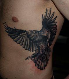 Tatuagem Masculina na Costela |  Corvo Realista