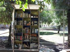 Un kiosco biblioteca adorable en un parque en Santiago, Chile.