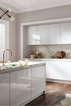 White high-gloss kitchen fronts join the worktop and niche back . - White glossy kitchen fronts join the worktop and niche back in white marble. Kitchen Room Design, Modern Kitchen Design, Home Decor Kitchen, Interior Design Kitchen, Kitchen Furniture, Kitchen Ideas, Kitchen Time, Ikea Kitchen, Kitchen Designs