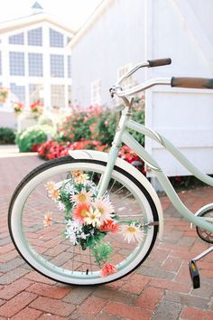 Floral accented beach cruiser / http://www.himisspuff.com/bicycle-wedding-ideas/5/