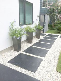 Because you have a small garden, it doesn't want to work a lot. A small garden can be very exotic with just a little planning. Improving a beautiful modern garden [ … ] Small Gardens, Outdoor Gardens, Outdoor Patios, Small Garden Design Ideas Low Maintenance, Low Maintenance Backyard, Small Front Yard Landscaping, Landscaping Ideas, Small Patio, Mulch Landscaping
