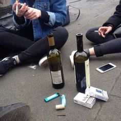 My youth, minus the cell phone. Alaska Young, Isak & Even, Alcohol, Looking For Alaska, Rich Kids, Photos, Pictures, Smoke, In This Moment