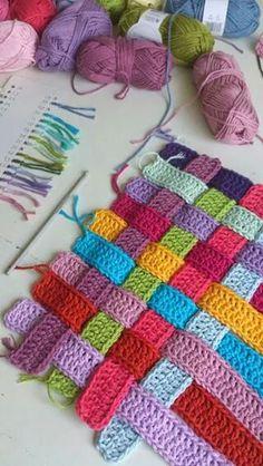 Tirinhas de crochê entrelaçadas para aproveitar os restos das linhas ;)