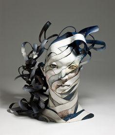 """Haejin Lee (Corée du sud) - """"Reflection"""" (2008) ; cet artiste décompose/ recompose le corps humain - le plus souvent, des têtes, pieds ou mains - en rubans d'argile."""