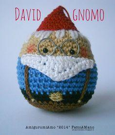 Gnomo amigurumi, decorazione per l'albero di natale. Amigurumi gnome, Christmas tree ornament. Free pattern http://www.amigurumiamo.blogspot.it/2014/09/natale-david-gnomo.html