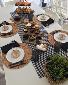 Food Decoration, Table Decorations, Table Setting Inspiration, Table Set Up, Food Platters, Table Arrangements, Deco Table, Aesthetic Food, Food Presentation