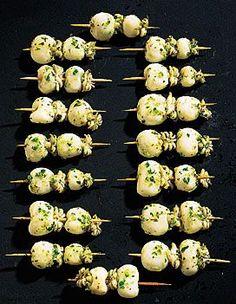 Recette calamars à la plancha : Rincez les calamars sous l'eau froide. Egouttez-les. Arrosez-les de l'huile d'olive. Pressez un demi-citron. Epluchez les gou... Plancha Grill, Mediterranean Recipes, Tapas, Onion, Grilling, Garlic, Bbq, Food Porn, Eggs