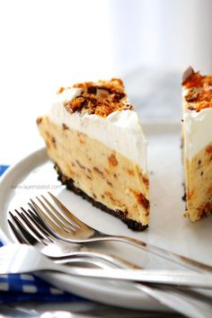 {Frozen Butterfinger Mousse Pie} to die for!! Perfect for these hot summer days!