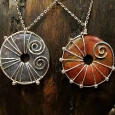 wire wrapped donuts - love the one on the left  this would be gorgeous for my pink one!