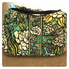 Vera Bradley cross body bag Vera Bradley purse, in excellent condition, non smoker house. Can be worn cross body or in shoulder. Lots of pocket space inside and on sides of bag. Vera Bradley Bags Crossbody Bags