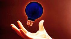 """Beşinci Element ve Karanlık Foton  Beşinci element var mı? Macar fizikçiler karanlık maddeyi görünmez yapan beşinci fizik kuvvetini keşfettiklerini duyurdu. Üstelik #BeşinciElement diyebileceğimiz bu kuvvetin taşıyıcısı olan parçacığı da karanlık ışığı oluşturan """"karanlık fotonları"""" ararken buldular."""