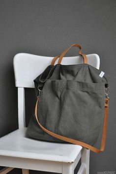 gray-green canvas tote bag with leather strapsHandtaschen Marken – die wichtigsten Taschen marken designertaschen-s… – 2019 - FASHIONBossa amb nanses i opció penjar love the grey with the brown leather . again inspiration and do-able! My Bags, Tote Bags, Purses And Bags, Diy Sac, Linen Bag, Fabric Bags, Canvas Leather, Handmade Bags, Beautiful Bags