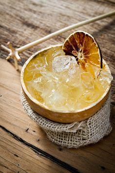 Cabajá: cachaça branca com mel e fatias de laranja para decorar.