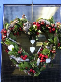 Herfsthart met o.a. mos, malusappeltjes en drijfhout Rustic Christmas, Christmas Wreaths, Christmas Crafts, Xmas, Enchanted Florist, Fall Decor, Holiday Decor, Valentine Wreath, Art Floral