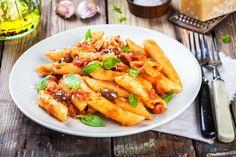 Tomatige Rigatoni mit Oliven und Basilikum - Rezept von Pastaweb