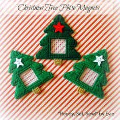 ☃ 3 Sweet Little Photo Frames for Tiny Holiday Memories ☃ Plastic Canvas Ornaments, Plastic Canvas Tissue Boxes, Plastic Canvas Crafts, Plastic Canvas Patterns, Christmas Frames, Christmas Projects, Holiday Crafts, Christmas Ornaments, Xmas