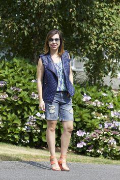 Look de verão: bermuda jeans com rasgos para tirar a caretice da peça combinada à regata estampada e ao colete de couro fake (sobreposição que garante interessância)