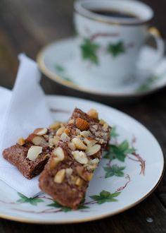 Chokladsnittar med nötkross är en variant på de klassiska chokladsnittarna med pärlsocker. Receptet finns här, http://www.recepten.nu/chokladsnittar-med-notkross och beskrivning på hur du gör dem.