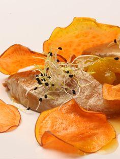 Foie con Chutney de Mango, Germinado de Cebolla y Chip de Boniato.