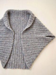 """Een """"shrug"""" lijkt dit seizoen wel een musthave te zijn om te dragen en ook om te maken! Het patroon voor dit kledingstuk is erg makkelijk dus ook voor de beginnende handwerker een snel en leuk project"""