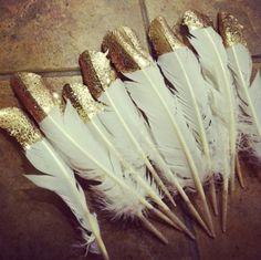 Leuk om veren in gouden (glitter) verf te dippen en bijvoorbeeld op een cadeautje te plakken als versiering.