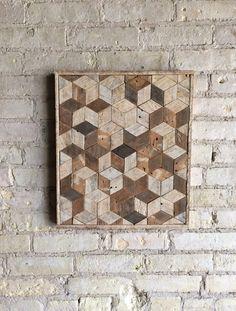 Esto es de una pieza de pared tipo que es 15,5 por 18 y 1,5 de profundidad. El marco se hace del mismo material. Se puede colgar desde cualquier lado que usted elija. Esto podría también utilizarse como una mesa o mesita de noche si agrega las piernas. Está hecho de madera de listón reclamado que estaba originalmente dentro de una pared de yeso. La madera fue envejecida naturalmente a un lado y el otro absorbe algunos colores de la escayola. Mantuve el acabado natural y original agujeros del…